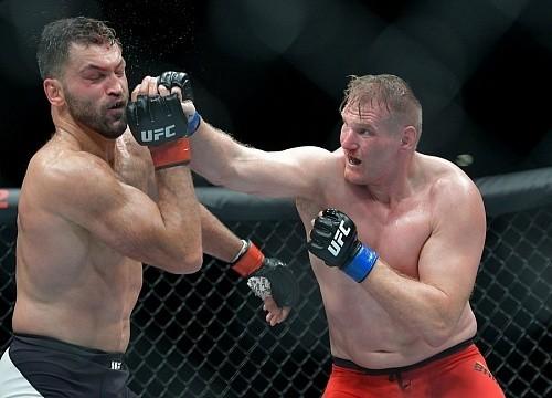 Зарпалаты участников UFC FN 93: Барнетт - $180,000, Орловский - $250,000