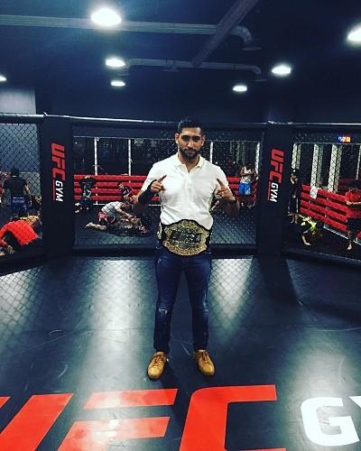 9db02d9b1489f94ff8aa2eba0c0d4e2f - Кадр дня: Амир Хан с поясом чемпиона UFC