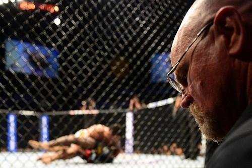 В UFC отреагировали на поступок судьи, который ушел погулять во время поединка