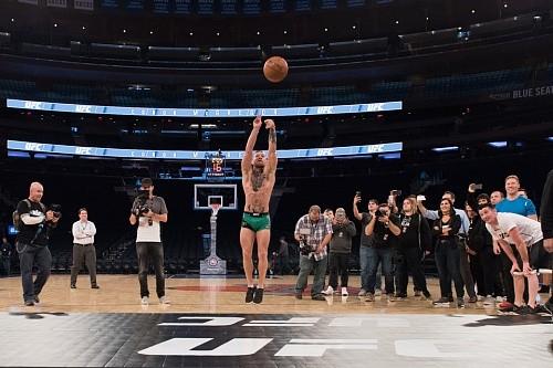 cb713adad1fbf3bdebbe069459d35b7b - Конор Макгрегор демонстрирует свои баскетбольные навыки: Видео